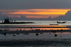 Seascape av Koh Samui, Thailand Fartyg på solnedgången Royaltyfria Bilder