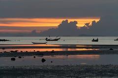 Seascape av Koh Samui, Thailand Fartyg på solnedgången Arkivbilder