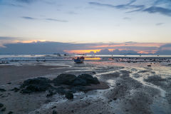 Seascape av Koh Samui, Thailand Fartyg på solnedgången Royaltyfri Foto