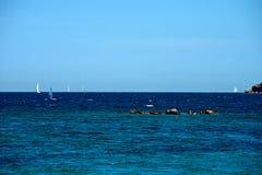 Seascape av några segelbåtar i ett blått hav Arkivfoto