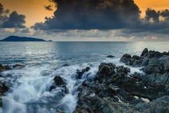Seascape av vågen vaggar på, lång exponering på solnedgången på stranden arkivbilder