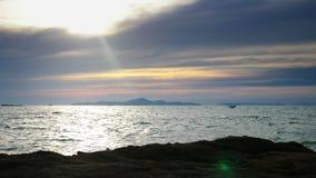 Seascape bonito, barcos no mar contra o céu azul fotografia de stock
