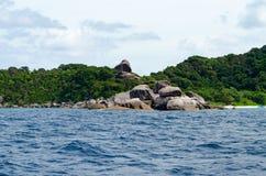 Seascape bonito com foco na floresta na rocha da montanha Imagens de Stock