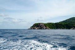 Seascape bonito com foco na floresta na rocha da montanha Fotografia de Stock