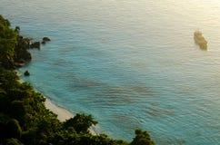 Seascape bonito com foco na floresta na rocha da montanha Fotos de Stock Royalty Free