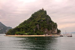 Seascape bonito com a ilha de Titov na baía de Halong no tempo do por do sol Fotos de Stock Royalty Free