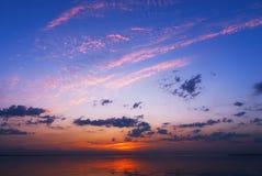 Seascape bonito com nascer do sol morno alaranjado Fotos de Stock