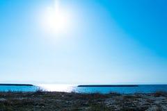 Seascape bonito do verão no por do sol Mar e céu azul com luz solar Composição natural do vetor Fotografia de Stock