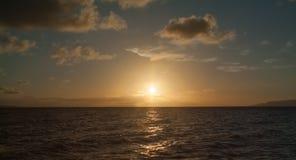 Seascape bonito, nuvens alaranjadas no céu, por do sol Imagem de Stock