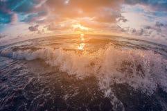 Seascape Céu colorido bonito do por do sol sobre o mar ondulado lente de fisheye da perspectiva da distorção fotos de stock