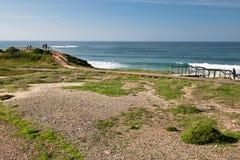 Seascape colorido cênico com os surfistas de observação dos povos na costa atlântica Imagem de Stock Royalty Free