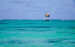 Seascape com água de turquesa no dia ensolarado Fotos de Stock