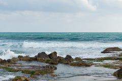 Seascape com as rochas no mar Imagens de Stock
