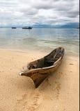 Seascape com barco velho Imagens de Stock