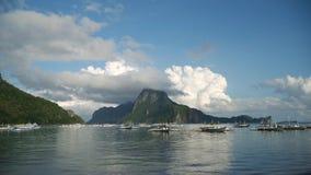 Seascape com ilha, montanhas, barcos na água Foto de Stock