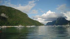 Seascape com ilha, montanhas, barcos na água Imagem de Stock Royalty Free
