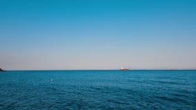 Seascape com mar e os navios azuis no horizonte filme