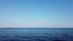 Seascape com mar e os navios azuis no horizonte vídeos de arquivo