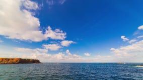 Seascape com o céu azul nebuloso em Eyemouth, pensionistas escoceses filme