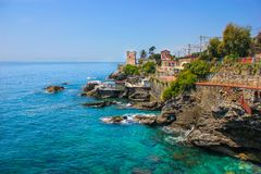 Seascape com o litoral e o passeio rochosos mediterrâneos em Genoa Nervi Fotos de Stock Royalty Free
