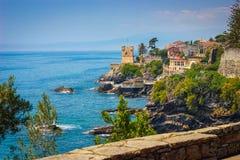 Seascape com o litoral e o passeio rochosos mediterrâneos em Genoa Nervi foto de stock