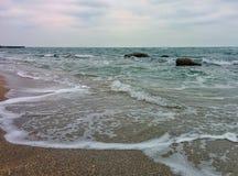 Seascape com ondas e rochas Fotografia de Stock Royalty Free