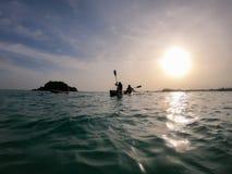 Seascape com os kayakers no por do sol mostre em silhueta o homem no caiaque no oceano na frente do pôr do sol dramático fotos de stock royalty free