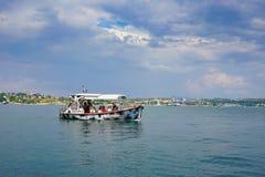 Seascape com os navios de navigação contra o horizonte e o céu azul Imagem de Stock