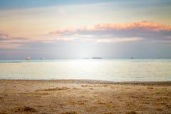 Seascape com os navios durante o por do sol fotografia de stock