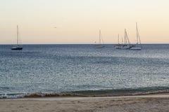 Seascape com os veleiros no mar fotos de stock royalty free