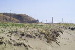 Seascape com pedras Mar e ondas azuis Terraplenagem e farol Imagem de Stock