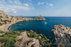 Seascape com praia e navios na baía no verão Imagem de Stock