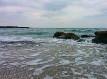 Seascape com rochas e o cais litorais Imagens de Stock