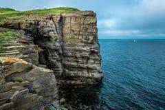 Seascape com rochas e vela Imagens de Stock Royalty Free