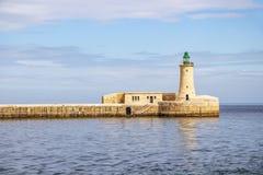 Seascape com St Elmo Breakwater Lighthouse no porto grande, Malta fotos de stock royalty free
