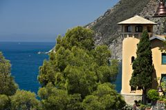 Seascape com a torreta da casa perto de Cinque Terre Na vila de Framura uma casa de campo com uma torre que negligencia o mar azu fotografia de stock royalty free