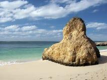 Seascape com uma rocha na praia fotos de stock royalty free
