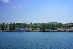 Seascape com vistas da cidade de porto no tempo claro do verão Fotos de Stock