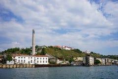 Seascape com vistas da cidade de porto no tempo claro do verão Imagens de Stock Royalty Free