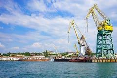 Seascape com vistas da cidade de porto no tempo claro do verão Fotografia de Stock