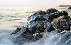 Seascape, czerń mokrzy kamienie, morze fala kamienie na seashore Zdjęcia Royalty Free