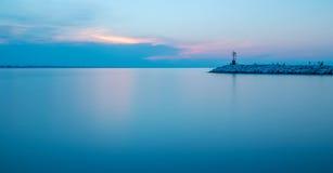 Seascape długi ujawnienie po zmierzchu Wieczór w Rimini porcie morskim Obrazy Stock