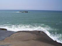 Seascape da água espumosa branca que espirra em rochas no mar do azul esverdeado Fotos de Stock Royalty Free