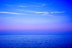 Seascape da noite com nuvens wispy Fotografia de Stock Royalty Free