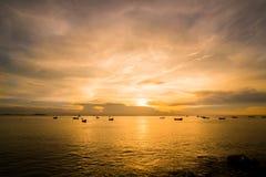 Seascape da pesca no mar das caraíbas - barco de pesca sob o sunlig imagens de stock