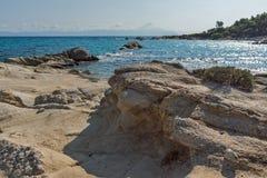 Seascape da praia alaranjada Kavourotripes na península de Sithonia, Chalkidiki, Grécia imagem de stock