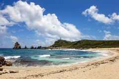Seascape das caraíbas com o céu nebuloso e Sandy Beach azuis Ninguém está lá, um paraíso bonito imagens de stock royalty free