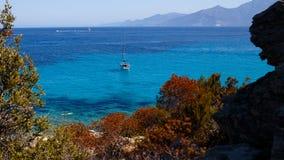 Seascape de Córsega, França, fundo do horizonte das montanhas Vista horizontal imagens de stock royalty free
