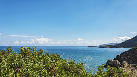 seascape Denny wybrzeże i denny horyzont z chmurami Fotografia Royalty Free