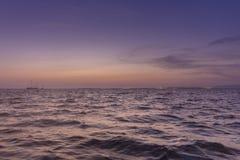 Seascape do crepúsculo do Algarve na reserva dos pantanais de Ria Formosa, Portugal fotografia de stock